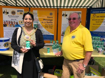 Banbury Mayor Cllr Shaida Hussain with Lion Fred and a Message in a Bottle